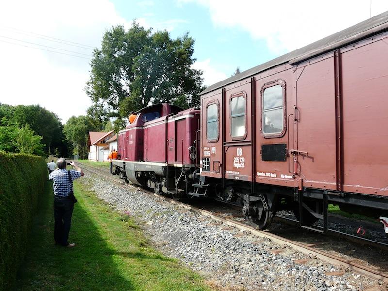 der erste Zug passiert den BÜ Wittenweiler am Wasen