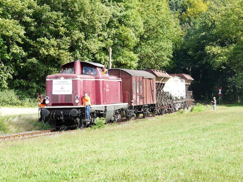 der Zug verlässt das Wäldchen bei Unterweiler