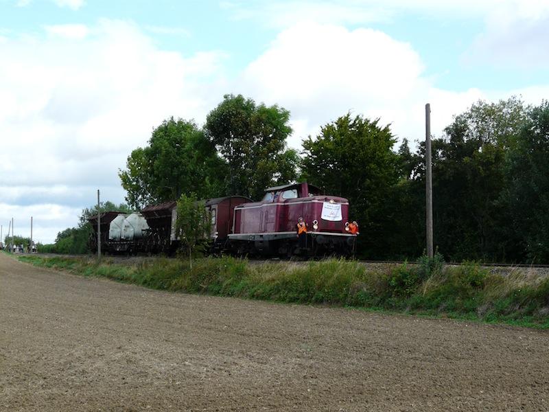 der Zug passiert Oberweiler