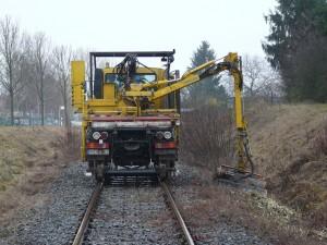 Zweiwege-Mulcher bearbeitet die Streckenränder, hier kurz vor dem Bahnhof Gerabronn.Einer der größten und kostenintensivsten Einsätze im November des vergangenen Jahres.
