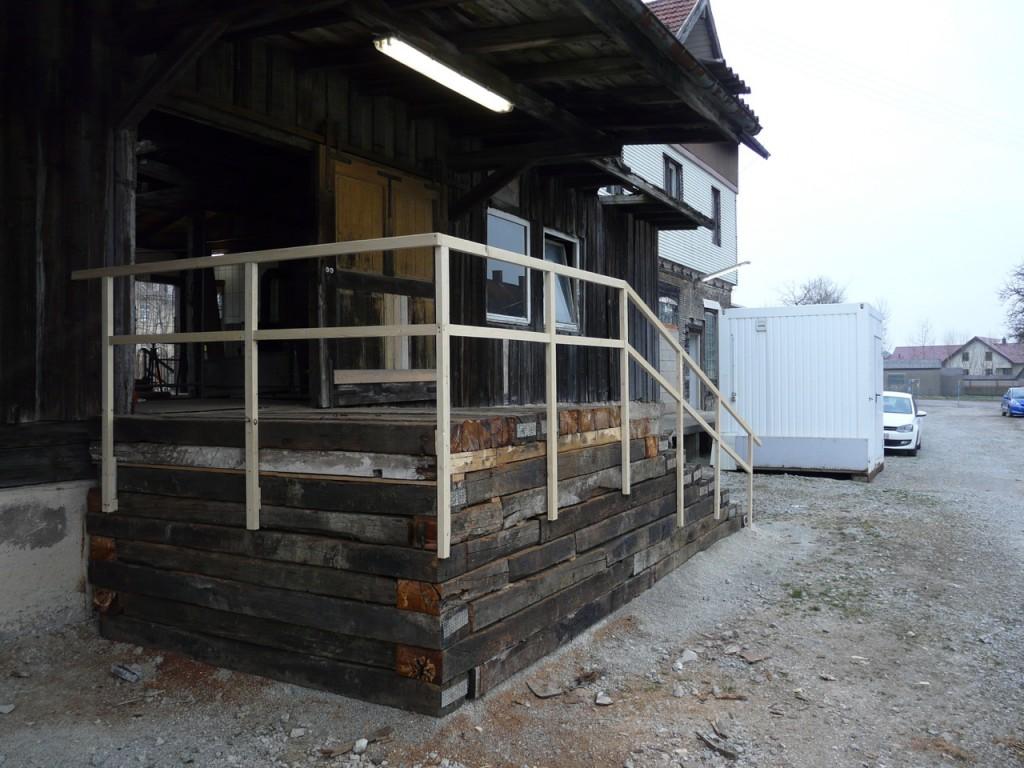 Der neue Zugang zum Güterschuppen - im Hintergrund der Toilettencontainer